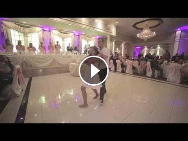 رقص متفاوت عروس و داماد جوان در مراسم ازدواجشان